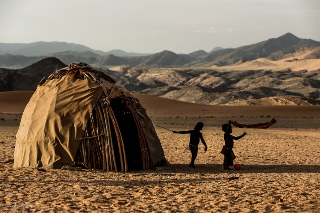 Crianças Himba em sua vila, próximo a Serra Cafema Camp, Namíbia.