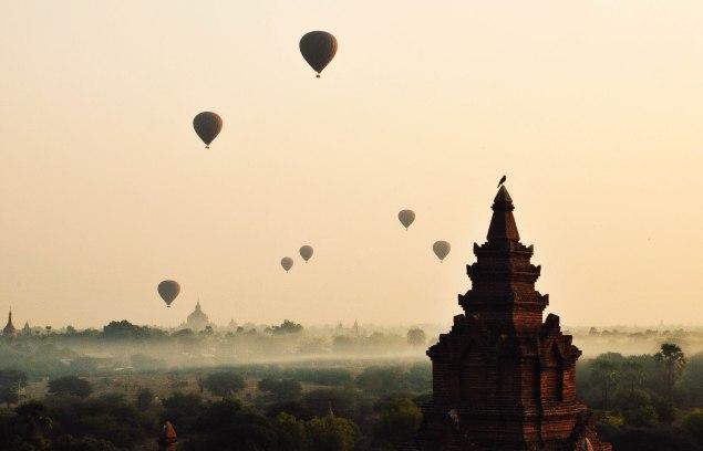 Balões de ar quente em Bagan, Birmânia.